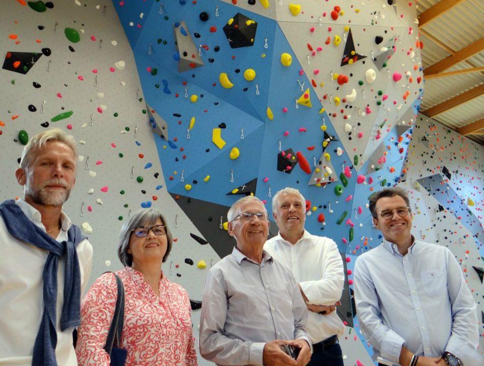 Les élus en charge de la construction de la salle multisports et Jacky Grimault, architecte